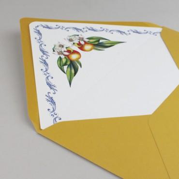 detalle Sobre forrado para invitaciones. Sobre forrado con estampado floral. Sobre forrado amatillo mostaza. Mod Valencia