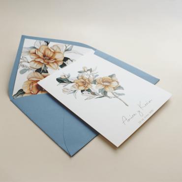 Invitación de boda con sobre forrado azul. Invitación con flores de acuerala. Invitación con sobre forrado. Alej. II