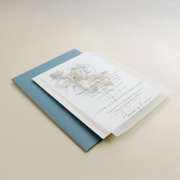 Invitación de boda sobre azul. Invitación con flores de acuerala. Invitacion de boda con papel vegetal. Alej. II