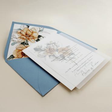 Invitación de boda con sobre forrado azul. Invitación con flores de acuerala. Invitación con veladura de papel vegetal. Alej. II
