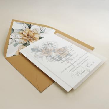 Invitación de boda con sobre forrado ocre. Invitación con flores de acuerala. Invitación con veladura de papel vegetal. Alej. II