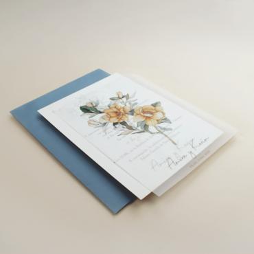 Invitación de boda con flores de acuarela. Invitacion con papel vegetal. Sobre de invitación azul RAF. Mod Alej V