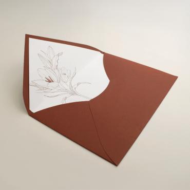 Sobre forrado para invitación de boda. Sobre color teja. Sobre de invitación. Sobre forrado con diseño a una tinta. Mod Praga