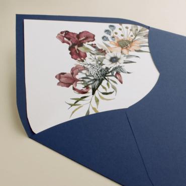 detalle Sobre de invitación azul klein. Sobre forrrado con composición floral para bodas azul klein. Mod Lom