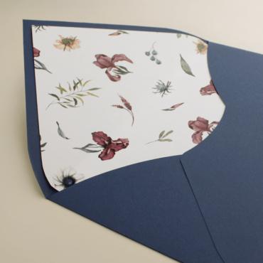 Sobre de invitación azul klein. Sobre forrrado con estampado floral para bodas azul klein. Mod Lom