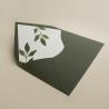 sobre forrado verde con hojas de acuarela. sobre de invitación verde olivo. Modelo Estambull