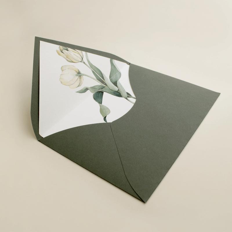 sobre forrado verde con flores de acuarela de tulipanes. sobre de invitación Ámsterdam