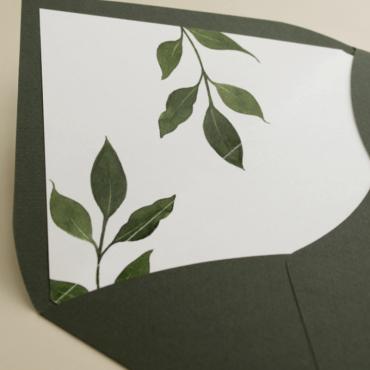 detalle sobre forrado verde con hojas de acuarela. sobre de invitación verde olivo. Modelo Estambull